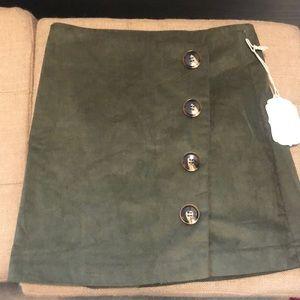 Fun and flirty dark green skirt !